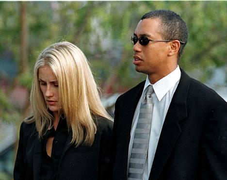 Payne Stewartin hautajaisissa pelitoveriaan kunnioittivat monet golftähdet. Paikalla oli mm. Tiger Woods.