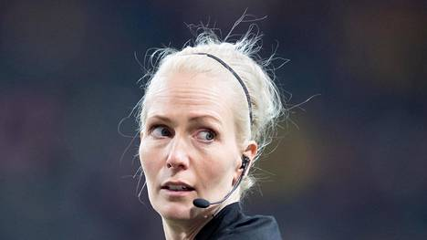 Lina Lehtovaara tuomitsi huhtikuun alussa Tukholmassa Ruotsi–Saksa-ottelun.