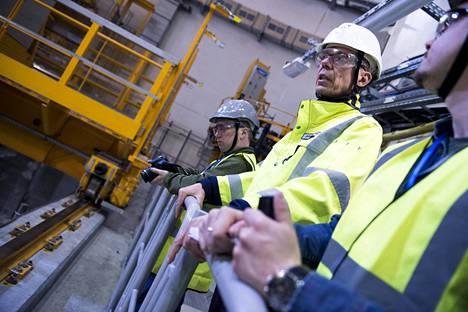 Yhteiskuntasuhdepäällikkö Juha Poikola kertoo, että työkäytännöt ovat ydinvoimalassa äärimmäisen tarkat. Jokainen työsuoritus käydään kirjaamassa erikseen.
