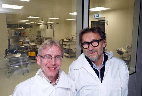 Täällä nenäsumuterokotetta kehitetään. Professori Seppo Ylä-Herttuala ja toimitusjohtaja Giuseppe Carloni FinVector Oy:n tuotantotiloissa Kuopiossa. Kuva viime syyskuulta.