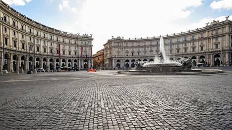 Koronan takia tyhjyyttään ammottava Piazza Esedra Roomassa huhtikuussa.
