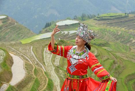 Kiinalaisturistit ovat tyytyväisiä, kun saavat itsestään perinneselfien kauniilla taustalla. Kuvausasuja vuokrataan muutamilla näköalapaikoilla.