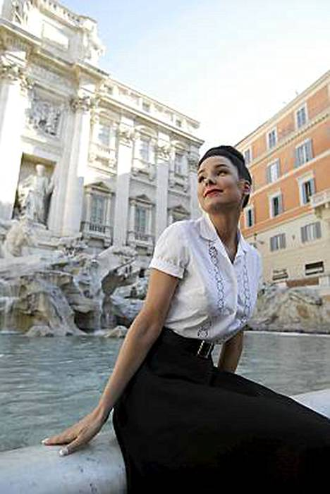 Italiassa arvostetaan tyylikkyyttä. Kuvassa Karita Tuomola Fontana di Trevillä.