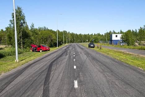 Onnettomuuspaikalla näkyy reilusti kuminpolttojälkiä usean sadan metrin matkalla.