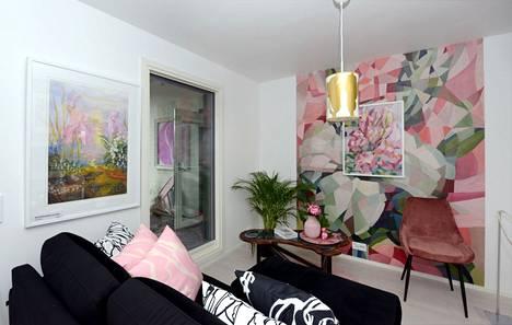 Sisustustekstiileillä voidaan korostaa seinämaalauksen värimaailmaa.
