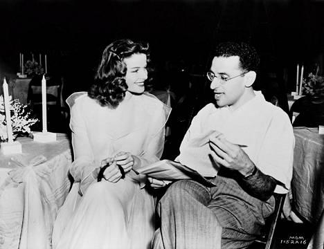 Ohjaaja George Cukor (oik.) peitteli Katharine Hepburnin (vas.) romanssia Spencer Tracyn kanssa. Cukorin palvelijan työskennellyt Sirkka Toth tiesi asioiden oikean laidan.