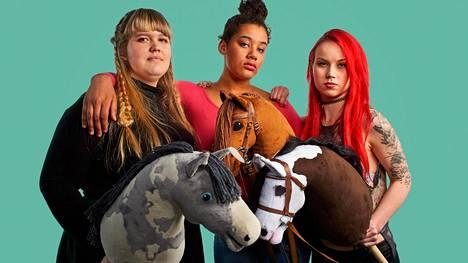 Elsa, Aisku ja Alisa harrastavat keppihevosia.