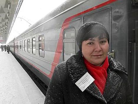 Vaunupalvelija Tatjana Naljotova ihmetteli Suomen junakaaosta. Hänen junansa lähti eilen Pietarista kohti Tsheboksarya.