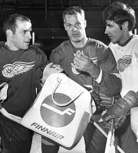 HIFK:sta tuttu Carl Brewer (vas.), Gordie Howe ja Veli-Pekka Ketola kuvattuna Detroit Red Wingsin harjoitusleirillä 1969.