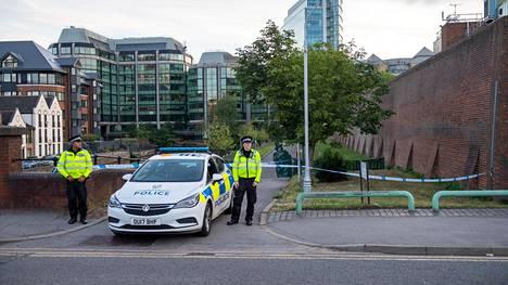 Poliisit eristivät alueen Readingissa.