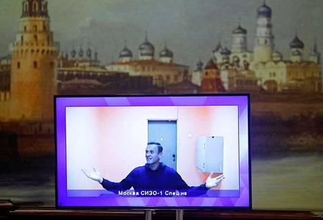 Oppositiojohtaja Aleksei Navalnyi on tällä hetkellä vankilassa. Tiistaina on vuorossa yksi oikeudenistunto, jossa käsitellään hänen 3,5 vuoden ehdollisen vankeustuomionsa muuttamista ehdottomaksi.