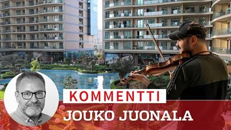 Musiikkia naapureille pandemian keskellä. Kurdimuusikko Nujin Hasan soitti viulua kerrostalossa Irakin kurdialueen pääkaupungissa Erbilissä 17. maaliskuuta.