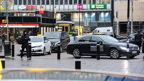 Helsingin rautatieaseman taksitolpalla oli keskiviikkona iltapäivällä reilut 20 taksia, joukossa vain yksi suomalaiskuljettaja.