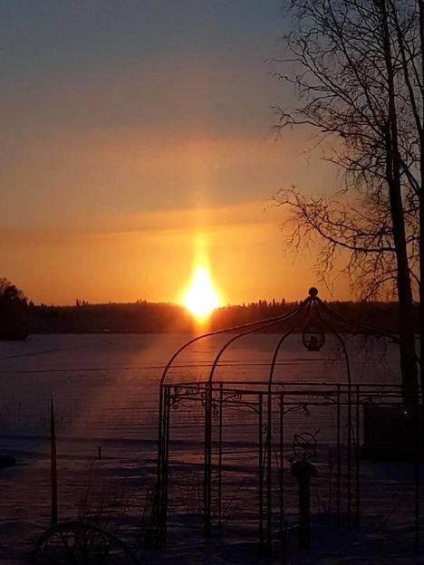 Auringonnousu Nastolan Salajärvellä.