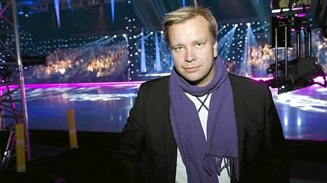Antti Kaikkonen ennen lähetystä. Vaimonsa Satu Taiveaho luistelee kisassa.