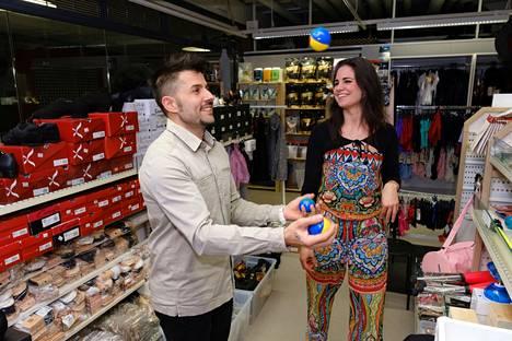 Parin Art Move Store -kaupassa Kuopion keskustassa myydään muun muassa sirkustarvikkeita, tanssiasuja- ja kenkiä ja naamiaisrekvisiittaa. Myös Fernandez hallitsee nykyään sirkustemput, sillä Peippo opetti niitä hänelle parin kiertäessä maailmalla.