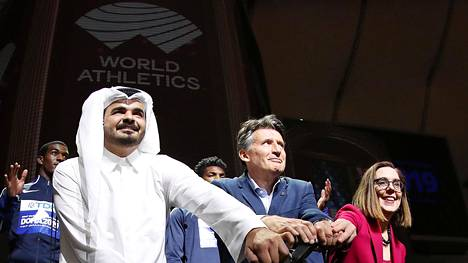 Qatarilainen sheikki Joaan bin Hamad bin Khalifa Al-Than ja IAAF:n puheenjohtaja Sebastian Coe esittelivät Kansainvälisen yleisurheiluliiton uutta logoa Dohan MM-kisojen aikana.