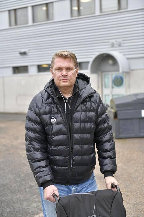 Vielä huhtikuun alussa Pekka Virta joutui liikkumaan pyörätuolin turvin.