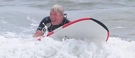 Kukas se siinä? Richard Gere päätti kokeilla surffaamista.