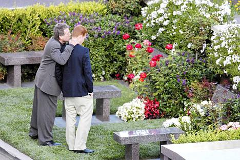 Puoliso Ryan ONeal ja poika Redmond ONeal surevat Farrah Fawcettia tämän haudalla 2010.