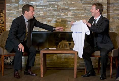 Dmitri Medvedev sai t-paidan Mark Zuckerbergiltä syksyllä 2012.