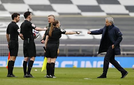 Iranin television mielestä liian paljastavassa asussa esiintynyt Sian Massey-Ellis löi ottelun jälkeen jälkeen nyrkit yhteen Tottenhamin managerin José Mourinhon kanssa. Taustalla Manchester Unitedin manageri Ole Gunnar Solskjär. ManU voitti ottelun maalein 1–3.