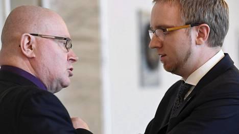 Sinisten Jari Lindström ja sinisten ryhmänjohtaja Simon Elo esittelivät vaatimuksensa tiedotusvälineille tiistaina. Lindström oli hiljaa koko tiedotustilaisuuden ajan. Elon mukaan Lindströmin läsnäolo todisti, että sinisten ministeriryhmä on vaatimusten takana.
