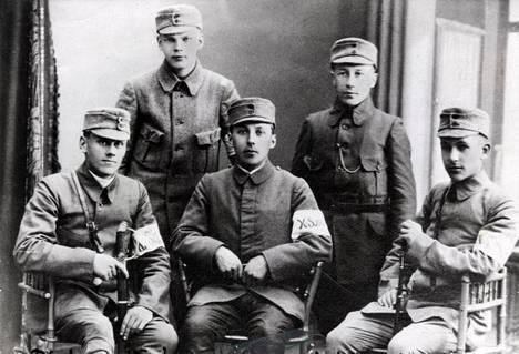 Kajaanin sissirykmentti vähän ennen sotaan lähtöä Mikkelissä. Kuva on touko-kesäkuulta 1918. Lähetti Urho Kekkonen on toinen vasemmalta.