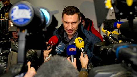 Ex-nyrkkeilymestari, nykyinen oppositiopoliitikko Vitali Klitshko kertoi toimittajille neuvottelujen kulusta toimittajille.