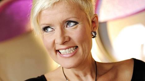 Hanna-Riikka Siitonen näytteli vuosia Uusi päivä -sarjassa. Hahmo kirjoitettiin ulos sarjasta vuodenvaihteessa, mutta sen jälkeen hän jatkoi musiikkituottajana.