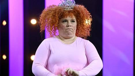 Pinkkiin balettiasuun ja prinsessakruunuun sonnustautunut tyttö suunnittelee mittavaa tosi-tv-uraa.