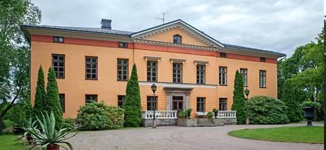 Wiurilan kartanon päärakennuksessa on 20 huonetta. Anna Lisa Standertskjöld -Brüninghaus asuu miehensä kanssa alakerrassa. Yläkerta pidetään kylmänä.