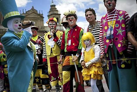 Klovnikokous. Klovnit tapaavat kollegoitaan vuosittaisessa Latinalaisen Amerikan Klovni-kongressissa, joka pidetään tänä vuonna Guatemala Cityssä Guatemalassa. Kuva on tapahtuman avajaisista. Klovnit Keski- ja Etelä-Amerikasta sekä Karibian alueelta kokoontuvat kolme päivää kestävään tapahtumaan, jossa he keskustelevat, vaihtavat ideoita ja osallistuvat erinäisiin työpajoihin. Klovni-kongressi pidetään nyt neljättä kertaa.