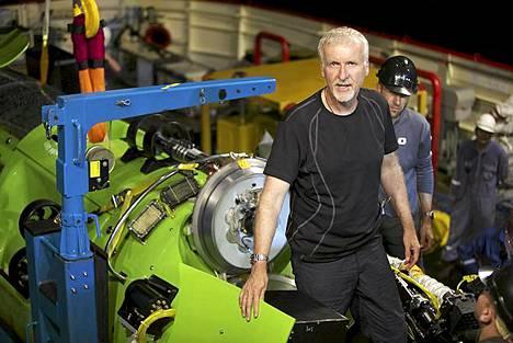 Elokuvaohjaaja James Cameron on ensimmäisenä ihmisenä käynyt yksin 10 898 metriä syvän Mariaanien haudan pohjalla. Cameron toteutti projektin yhteistyössä National Geographic -lehden ja kellovalmistaja Rolexin kanssa.