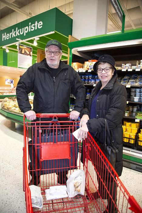 Paavo Tikkanen ja Helena Tikkanen kertovat että ruokaan voi mennä viikossa mitä vaain 50 euron ja 100 euron välillä.