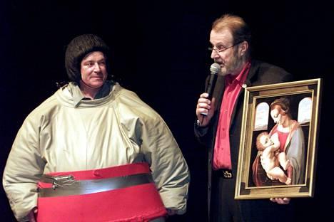 Taiteilija Juhani Palmu Nykytaiteen avoimissa SME-painikilpailuissa Kiasmassa Helsingissä 2001. Tilaisuuden juonsi Raimo Häyrinen.