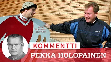 Janne Ahonen ja Ari Saukko (oik.) naureskelivat Lahden Hiihtomuseon ulkopuolella 2001. Puoli vuosikymmentä aiemmin oli toinen ääni kellossa, kun Saukko talutti krapulaisen Ahosen suoraan sängystä autoonsa ja harjoitusmäkeen rajuissa sääoloissa.