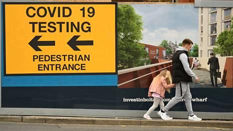 Britannian uusista koronatartunnoista jo 99 prosenttia on deltaviruksen aiheuttamia. Kuva Boltonista.