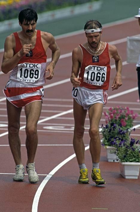 Aleksandr Potašov ja Andrey Perlov yrittivät jakaa mestaruuden miesten 50 kilometrin kävelyssä 1991.