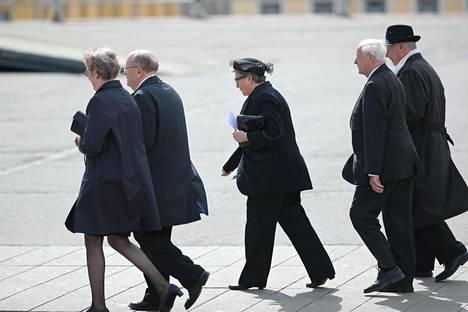 Entinen eduskunnan puhemies Riitta Uosukainen (kok) saapui hautajaisiin ensimmäisten joukossa.