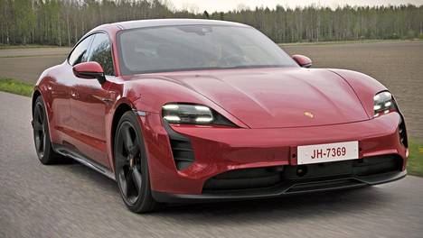 Porsche Taycan palauttaa saksalaismerkin sähköautokantaan esimerkillisen taidokkaasti. Taycan 4S on ehta Porsche kaikkien ominaisuuksiensa puolesta – no, ehkä aito bokserimoottorin soundi puuttuu.