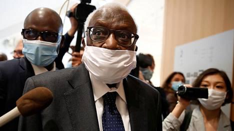 Lamine Diack saapumassa Pariisin oikeustalolle 8. kesäkuuta.