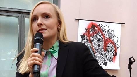 Sisäministeri Maria Ohisalo esiintyi Oulussa yleisötilaisuudessa perjantaina. Taustalla oli taitelija Olli Paasovaaran teos.