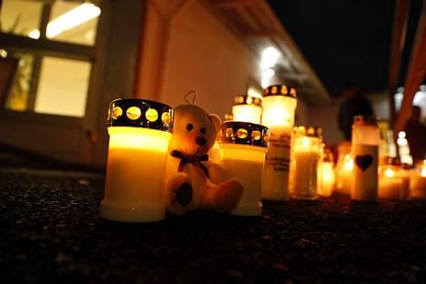Länsi-Vantaan vapaaseurakunnan eteen tuotiin muistokynttilöitä menehtyneen 14-vuotiaan pojan muistolle.