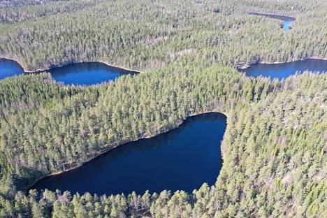 """Valkialampi. """"Sen vesi virtaa pohjoiseen kuvassa näkyvään Urjaan, joka on Vantaanjoen vesistöä. Oikealla ylhäällä näkyvän Karjakaivon vesi virtaa vasemmalla näkyvän Kolmperän kautta Nuuksion Pitkäjärveen, Mankinjokeen ja Espoonlahteen."""""""