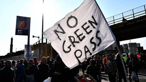 Muun muassa Genovan satamassa työntekijät ovat tänään osoittaneet mieltään koronatodistusta vastaan.