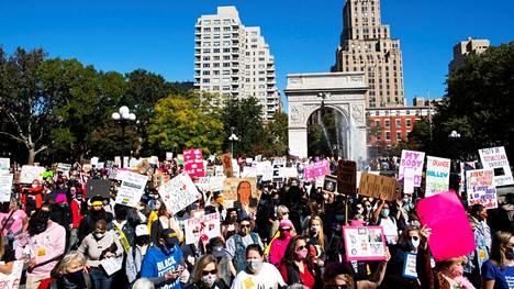 Tuhansia naisia marssi New Yorkin Manhattanilla lauantaina.