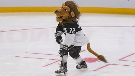 Los Angeles Kingsin maskotti Bailey ampumassa rangaistuslaukausta NHL:n tähdistötapahtumassa tammikuussa.