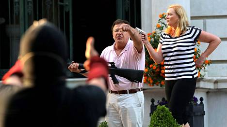 McCloskeyn pariskunta sai sakot osoiteltuaan mielenosoittajia aseella kesäkuussa 2020.