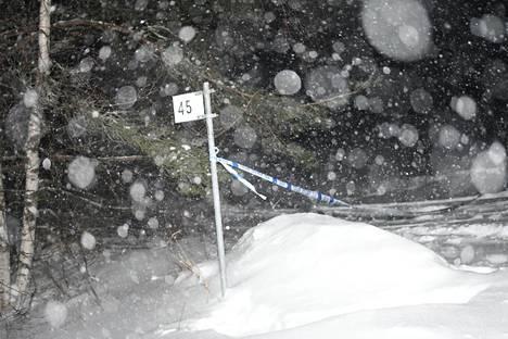 Poliisin nauhoja tien varressa Liedenpohjan kylässä Virroilla.